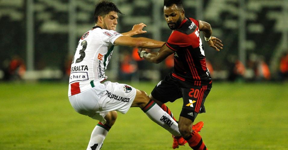 Fernandinho tenta escapar da marcação do Palestino