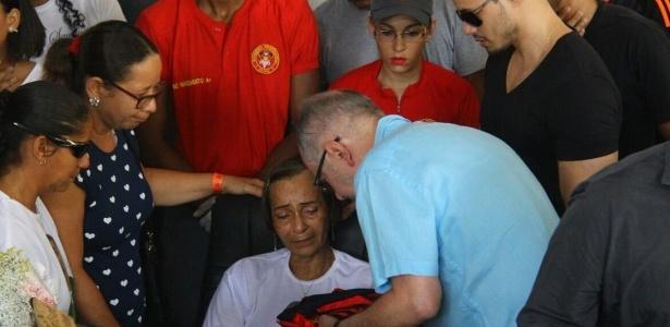 Mãe de Cléber Santana recebe as condolências do presidente do Sport