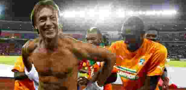 Técnico Hervé Renard - sem a famosa camisa branca - na festa do título africano de 2015  - Reprodução