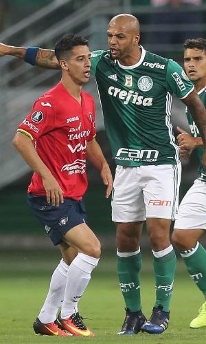 Felipe Melo dá bronca em jogador do Jorge Wilstermann observado por Jean