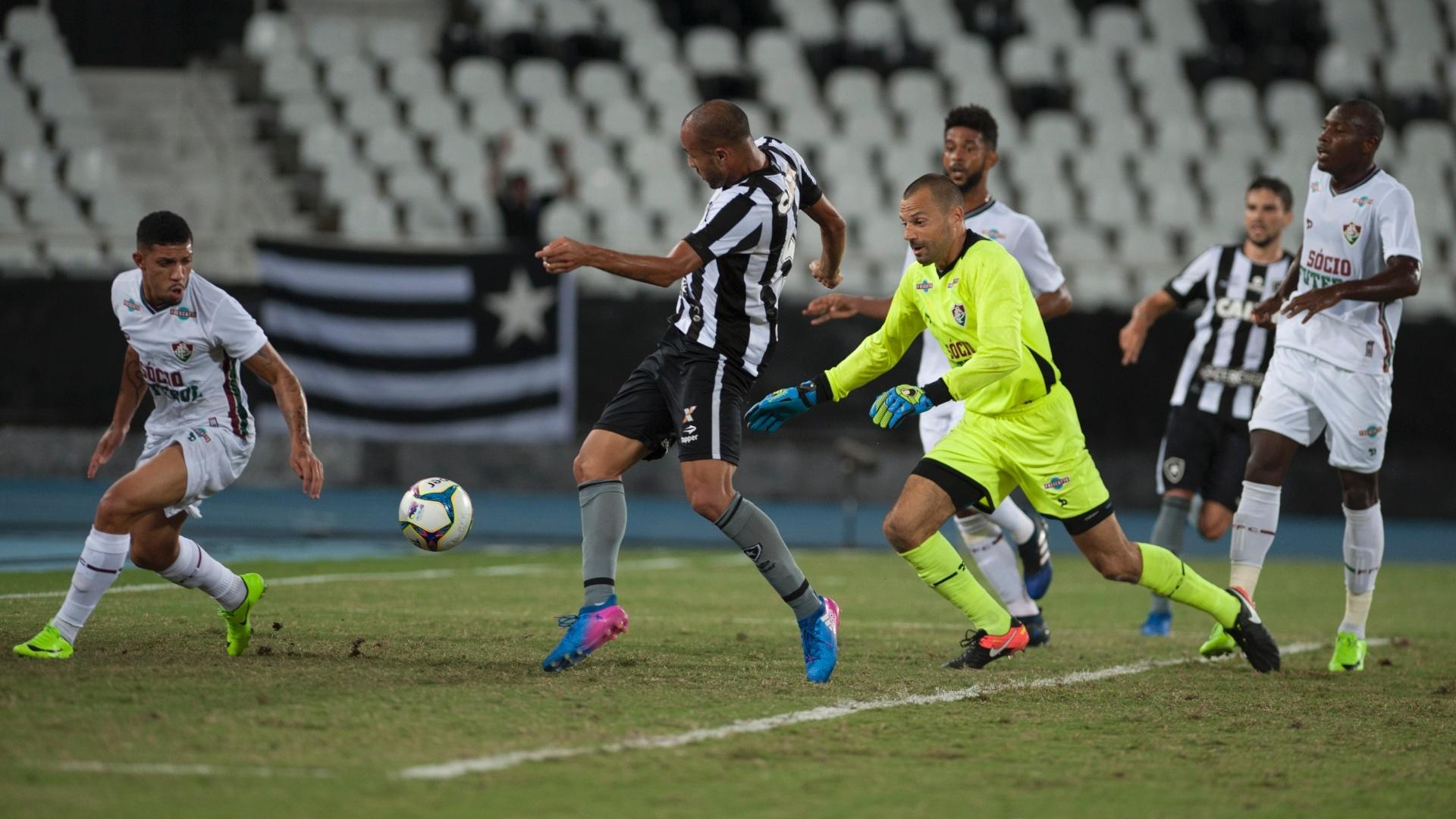 Roger, do Botafogo, leva a melhor sobre Diego Cavalieri, do Fluminense