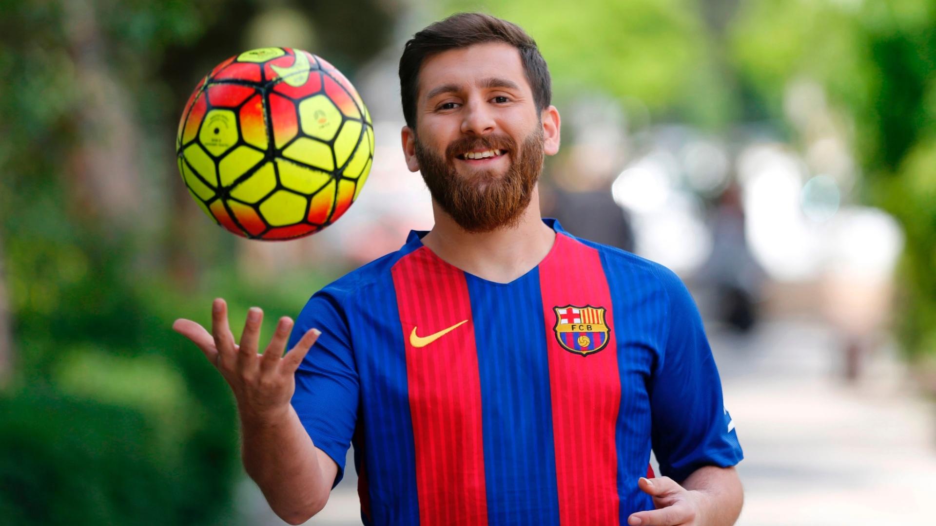 Em Teerã, Reza Parastesh sósia de Lionel Messi posa para uma foto em uma rua