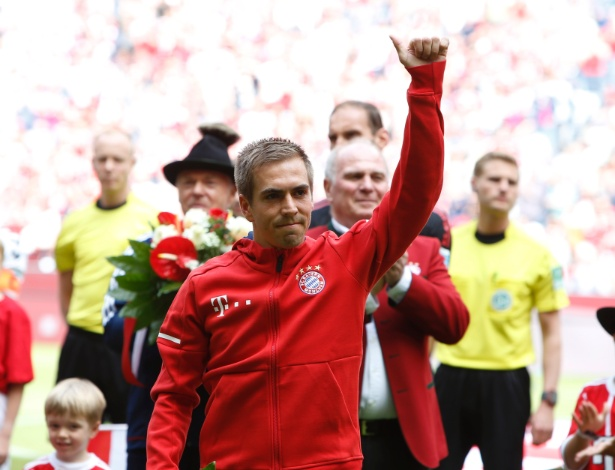 Lahm recebe homenagem antes de partida do Bayern na Allianz Arena