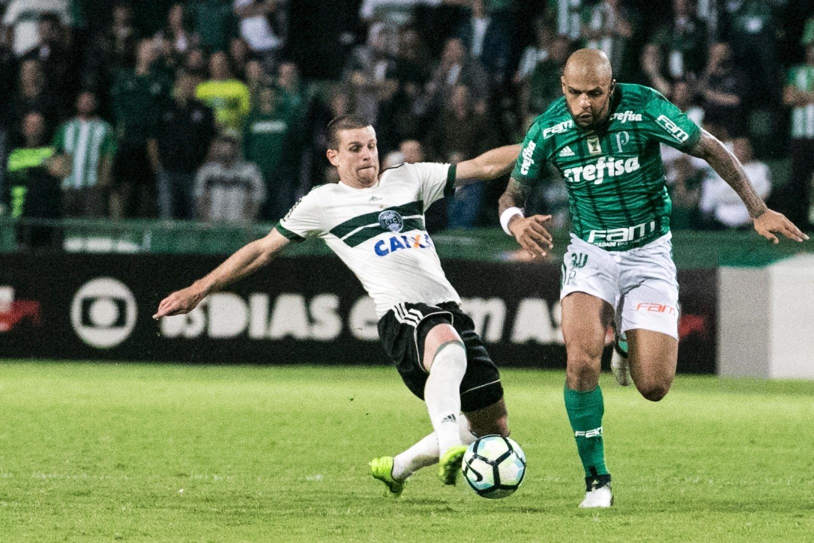 Felipe Melo tenta escapar de Matheus Galdezani