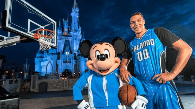 Mickey e Aaron Gordon posaram para fotos com o novo uniforme do Orlando Magic - Divulgação - Divulgação