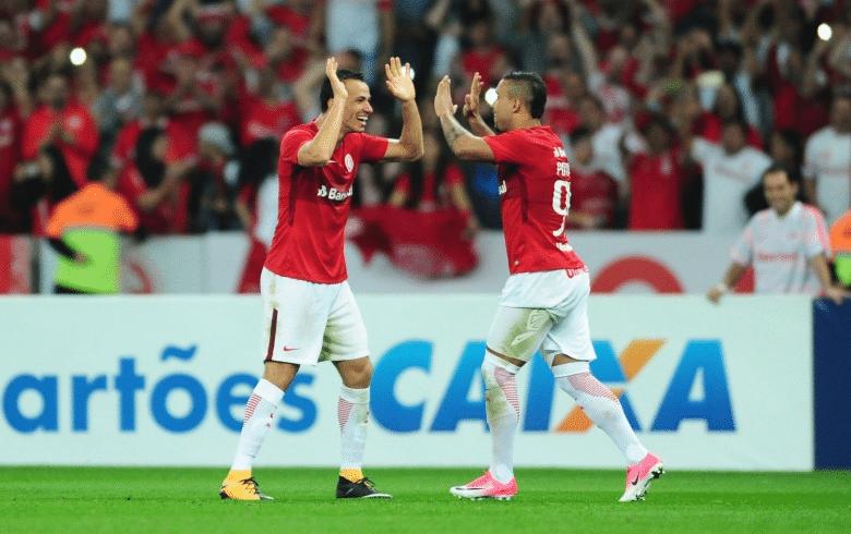 Leandro Damião comemora com Willian Pottker gol do Internacional contra o Goiás