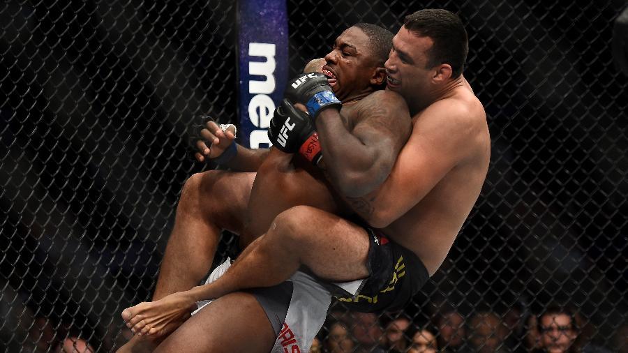 Fabrício Werdum prepara finalização em Walt Harris, no UFC 216 - Brandon Magnus/Zuffa LLC/Zuffa LLC via Getty Images