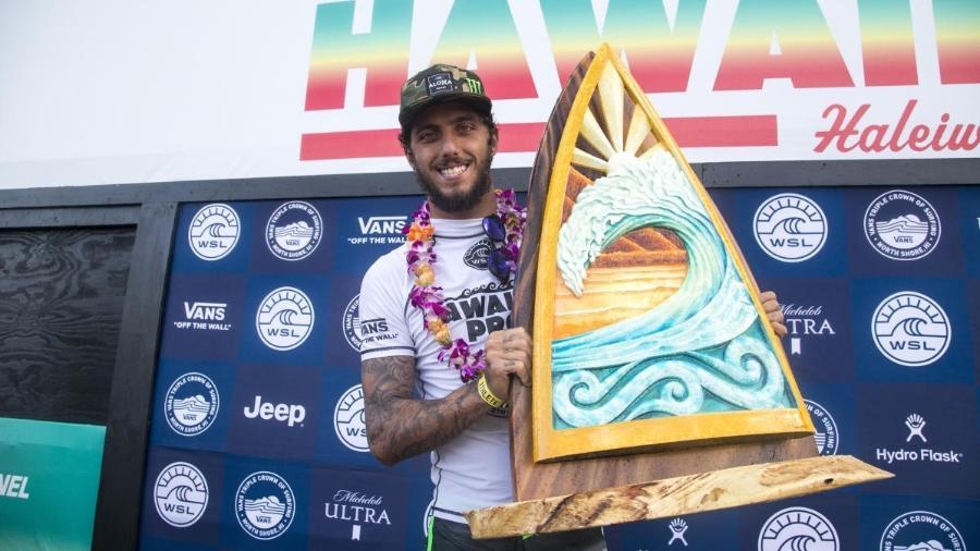 Filipe Toledo com o troféu do WQS de Haleiwa - Keoki Saguibo/WSL