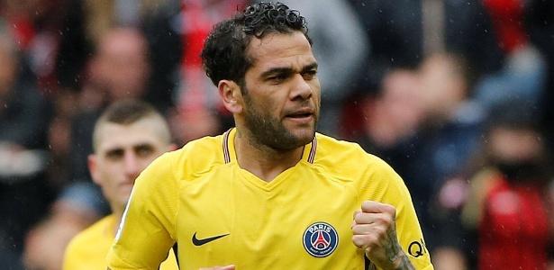 Atuando como meia, Daniel Alves marcou o gol da vitória do PSG contra o Nice