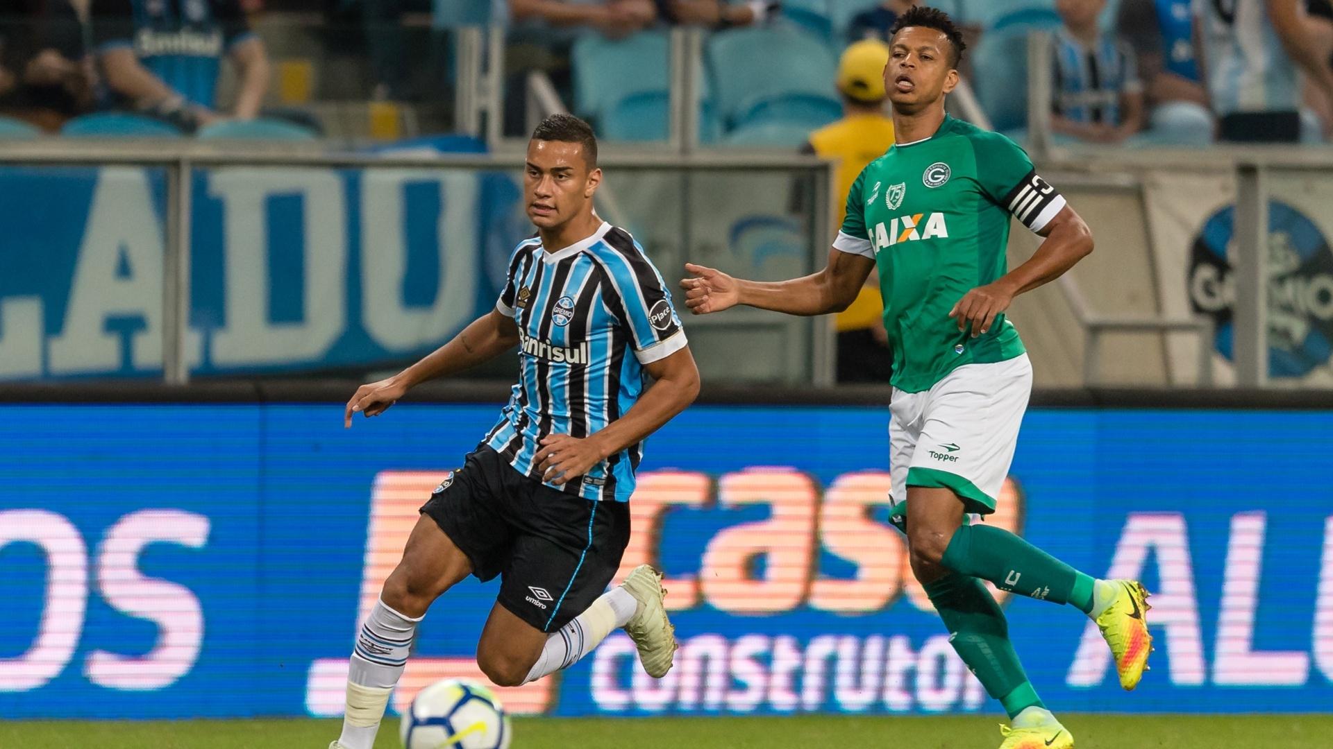 Alisson disputa a bola com Edcarlos no jogo entre Grêmio e Goiás