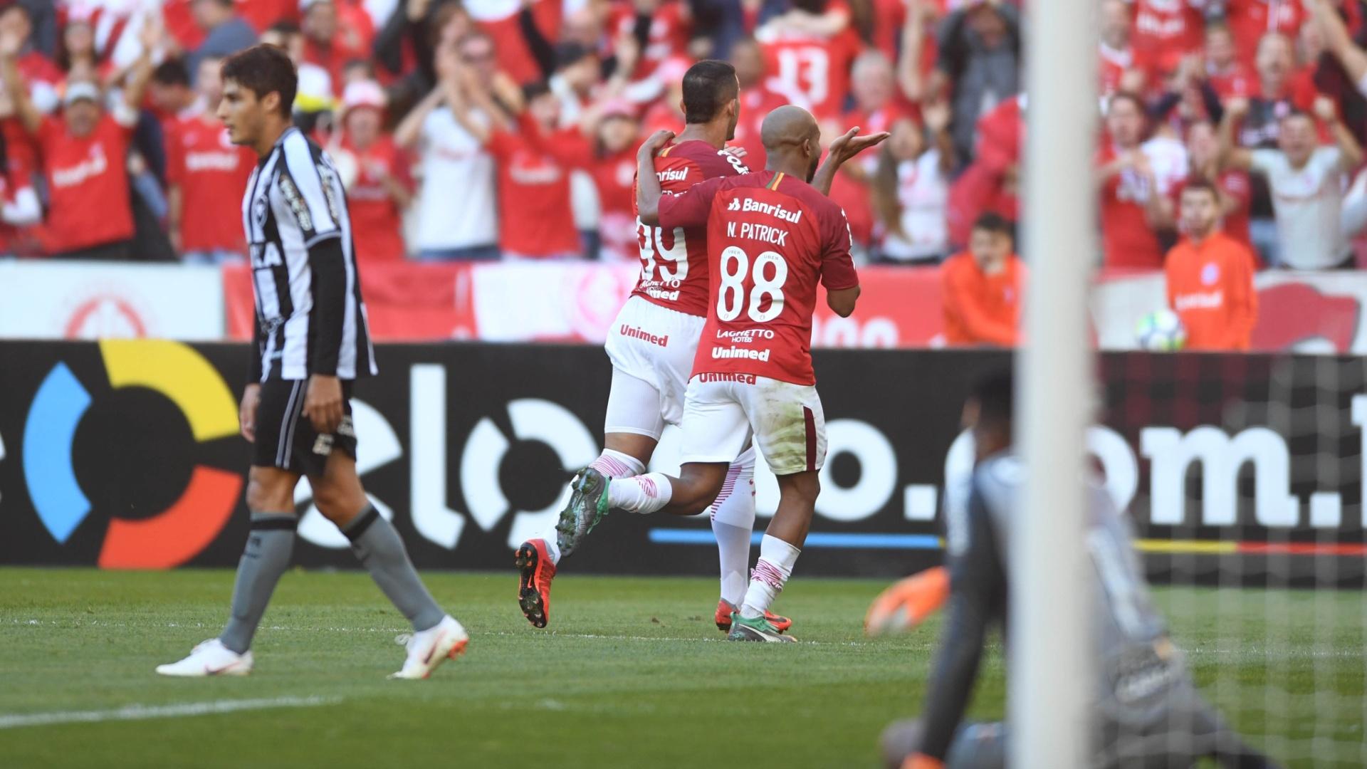 Willian Pottker e Patrick comemoram gol do Internacional diante do Botafogo