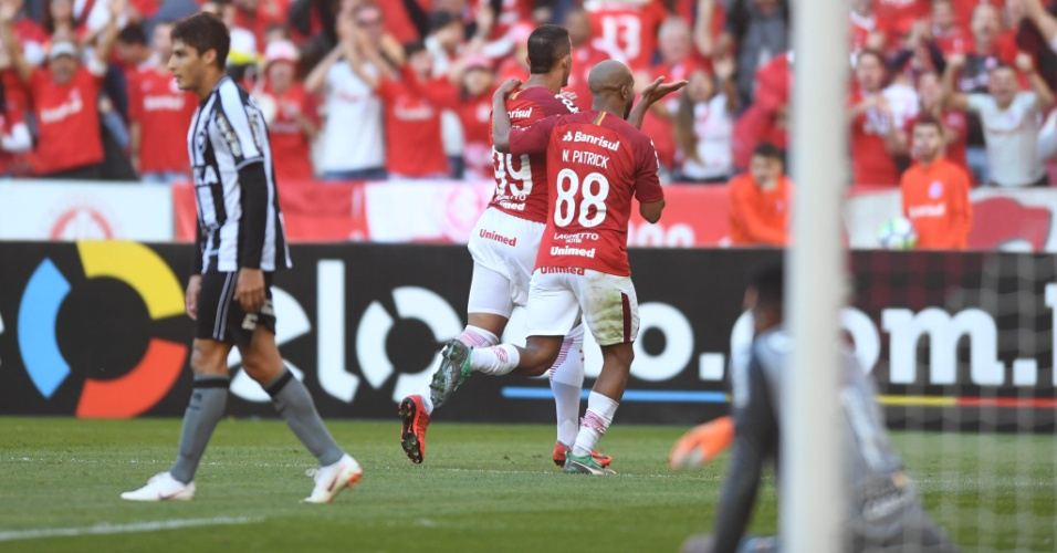 Willian Pottker e Patrick comemoram gol do Internacional diante do Botafogo