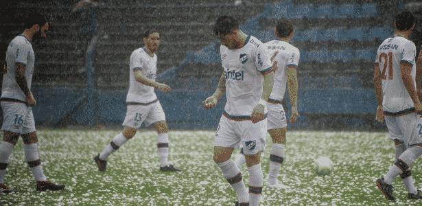 Jogadores do Nacional durante chuva de granizo - Divulgação/Nacional - Divulgação/Nacional