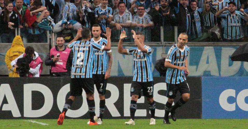 Jogadores do Grêmio comemoram primeiro gol marcado contra o Atlético Tucumán