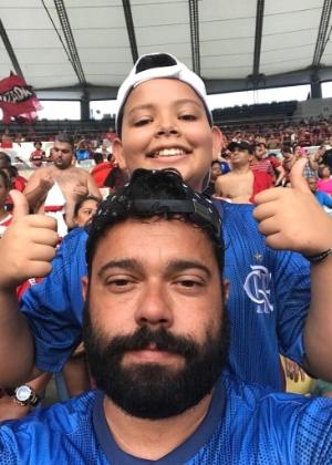 Rafael Tavares com o filho Caio no jogo no Flamengo no Maracanã - Arquivo pessoal