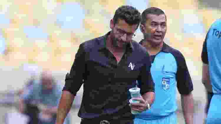 Alberto Valentim com água na mão durante jogo do Vasco - Paulo Sérgio / Agência Futpress - Paulo Sérgio / Agência Futpress
