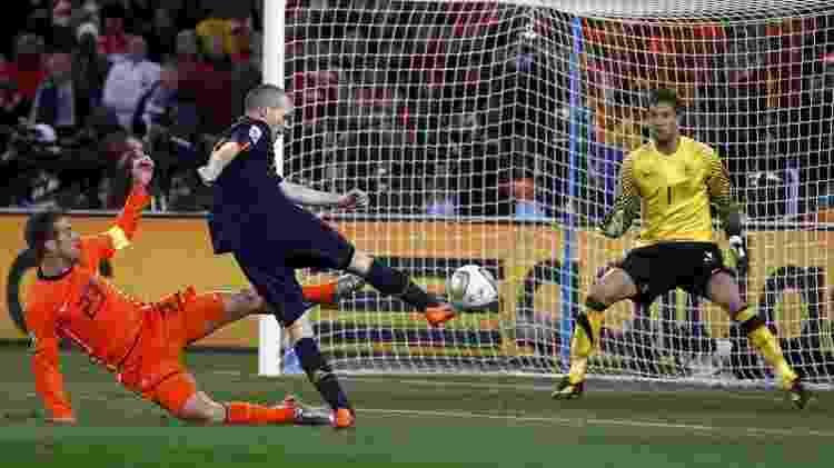 Van der Vaart não conseguiu evitar o gol de Iniesta, que decretou o título da Espanha na final com a Holanda - Reuters