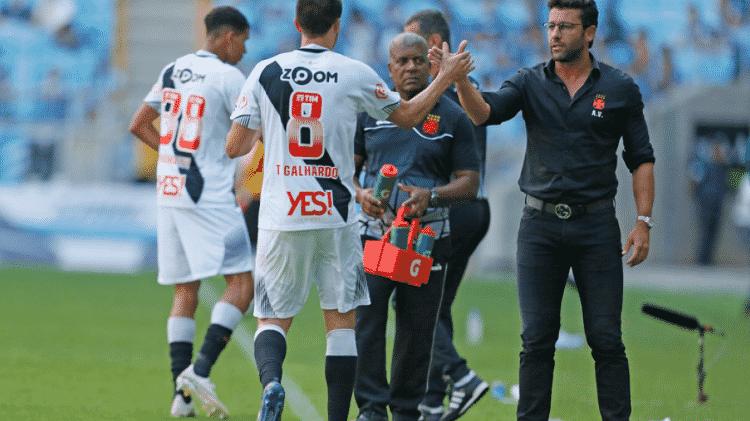 """Alberto Valentim (d) decidiu por afastar Thiago Galhardo (e) do Vasco em função de questões """"comportamentais"""" - Rafael Ribeiro / Site oficial do Vasco"""
