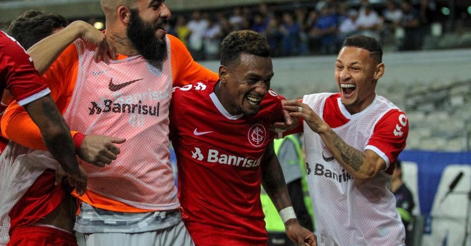 Edenílson comemora gol do Internacional contra o Cruzeiro