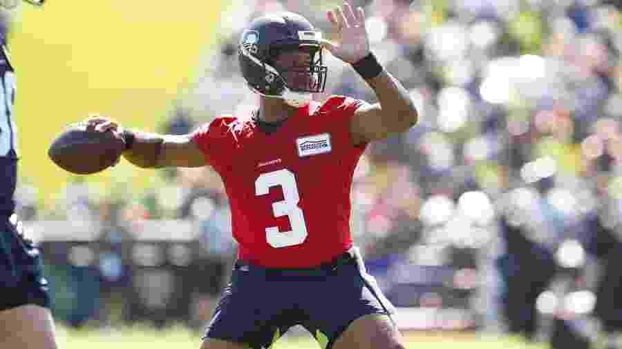 Russell Wilson em ação durante treino de pré-temporada do Seattle Seahawks; jogador tem o maior salário da NFL - Joe Nicholson/USA Today Sports