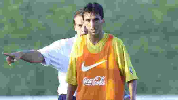 Leomar, orientado por Leão, em seus dias de jogador de seleção em 2001 - Evelson de Freitas/Folhapress