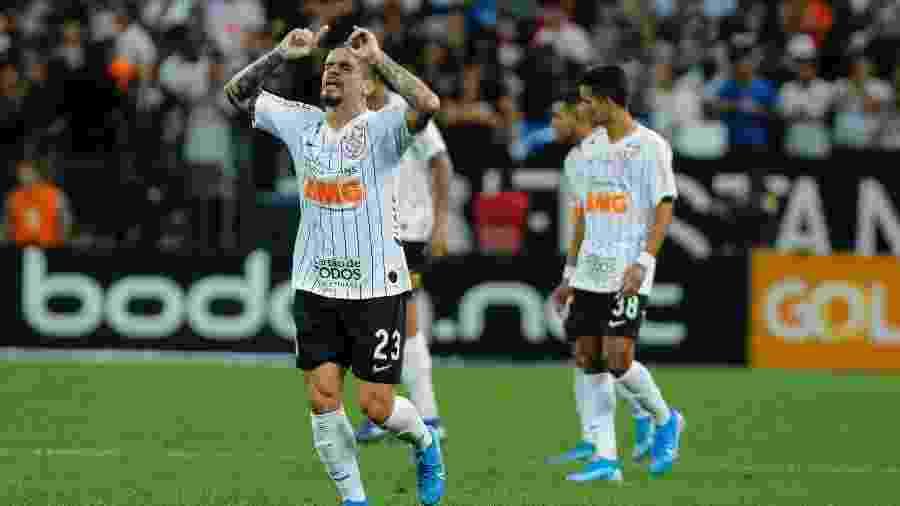 Fagner, do Corinthians, comemora gol durante partida contra o Cruzeiro pela 27ª rodada do Brasileirão - Daniel Vorley/AGIF