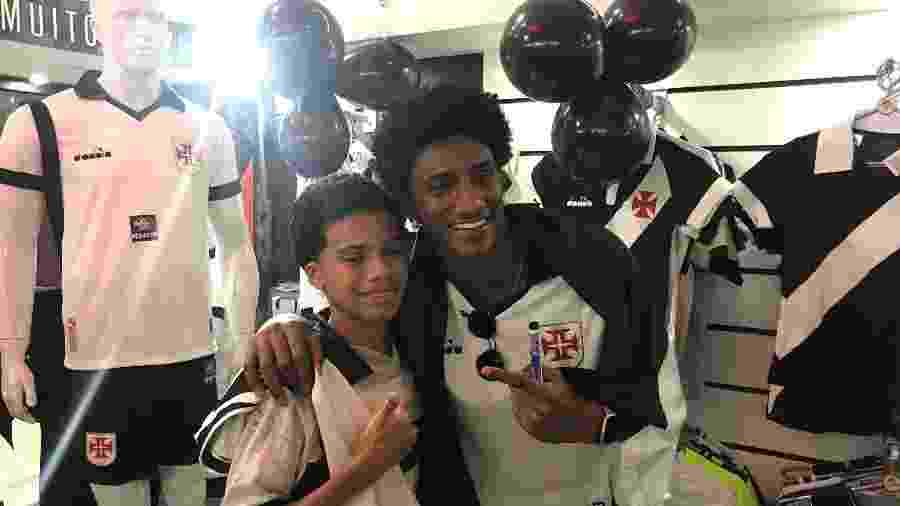 Talles Magno tira foto com pequeno torcedor em tarde de autógrafo em loja do Vasco em Copacabana - Bruno Braz / UOL Esporte