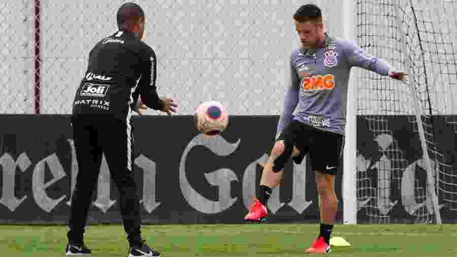 Meia Ramiro voltou a treinar no campo e deve reforçar o Corinthians em breve - Daniel Augusto Jr. / Ag. Corinthians