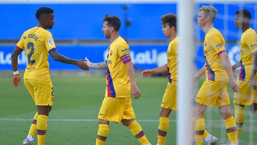 Jogadores do Barcelona comemoram gol de Messi na goleada do time contra o Alavés, pelo Campeonato Espanhol - ANDER GILLENEA / AFP