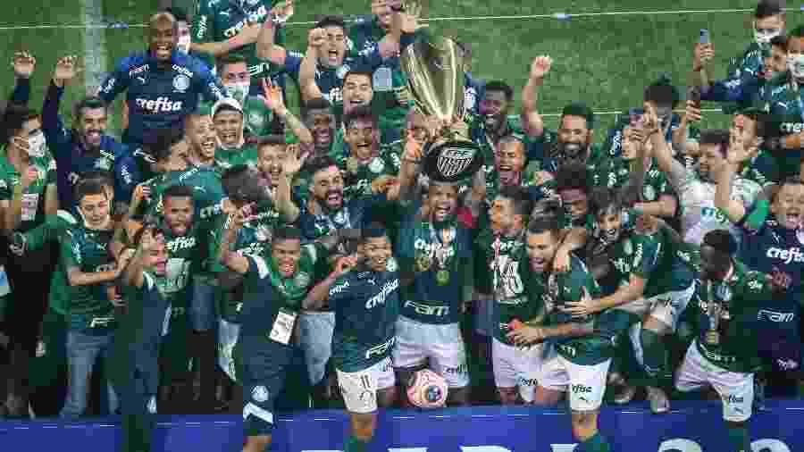 Felipe Melo ergue a taça de campeão paulista de 2020 para o Palmeiras - THIAGO BERNARDES/FRAMEPHOTO/FRAMEPHOTO/ESTADÃO CONTEÚDO
