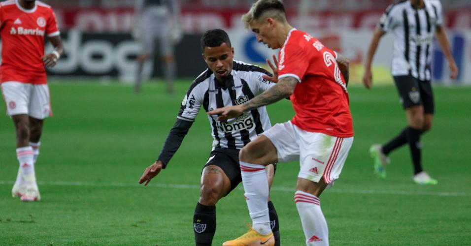 Saravia e Allan disputam bola na partida entre Inter x Atlético-MG