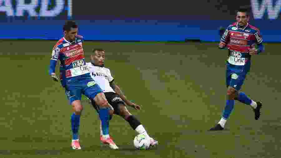 Jogadores do Corinthians e Fortaleza disputam bola durante partida do 1º turno do Brasileirão deste ano - Ettore Chiereguini/Ettore Chiereguini/AGIF