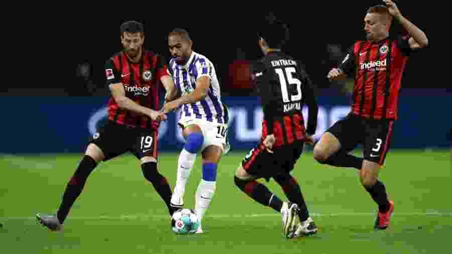 Matheus Cunha, do Hertha Berlim, enfrenta marcação tripla do Eintracht Frankfurt, pelo Campeonato Alemão - Maja Hitij/Getty Images