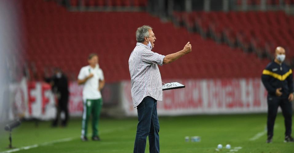 Abel Braga comanda a equipe do Internacional na partida contra o América-MG