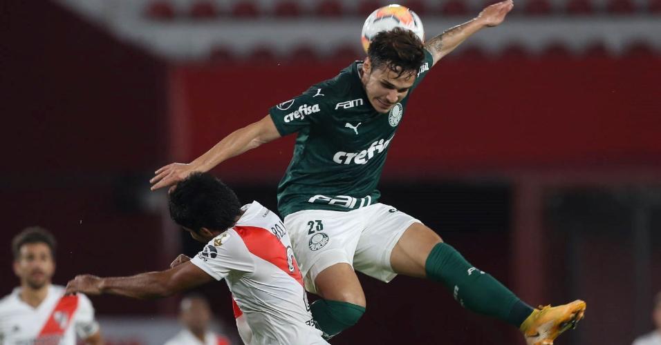 O jogador Raphael Veiga, da SE Palmeiras, disputa bola com o jogador Robert Rojas, do CA River Plate, durante partida válida pelas semi finais (ida), da Copa Libertadores, no estádio Libertadores da América.