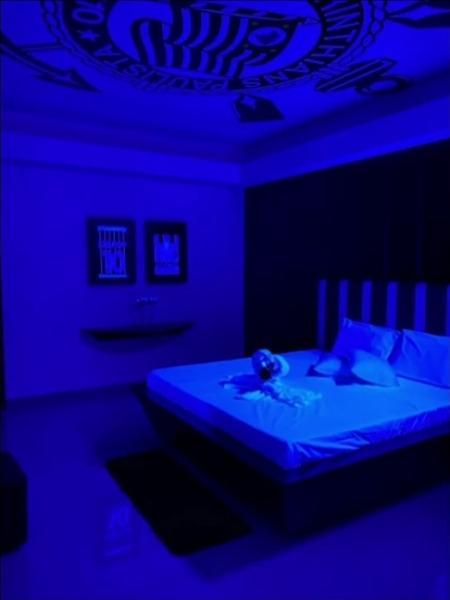 Neto mostrou um quarto de motel com decoração do Corinthians durante o Os Donos da Bola - Reprodução/TV Band