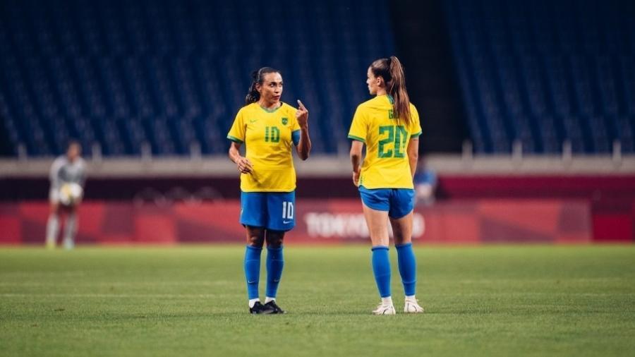 Giovana recebe instruções de Marta durante o jogo da seleção feminina contra a Zâmbia - Sam Robles/CBF