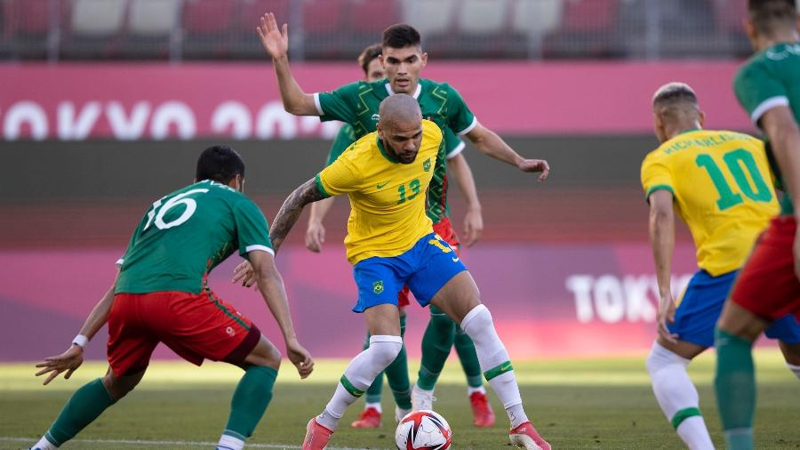 Daniel Alves tenta jogada da seleção brasileira sob forte marcação do México em Kashima - Lucas Figueiredo/CBF