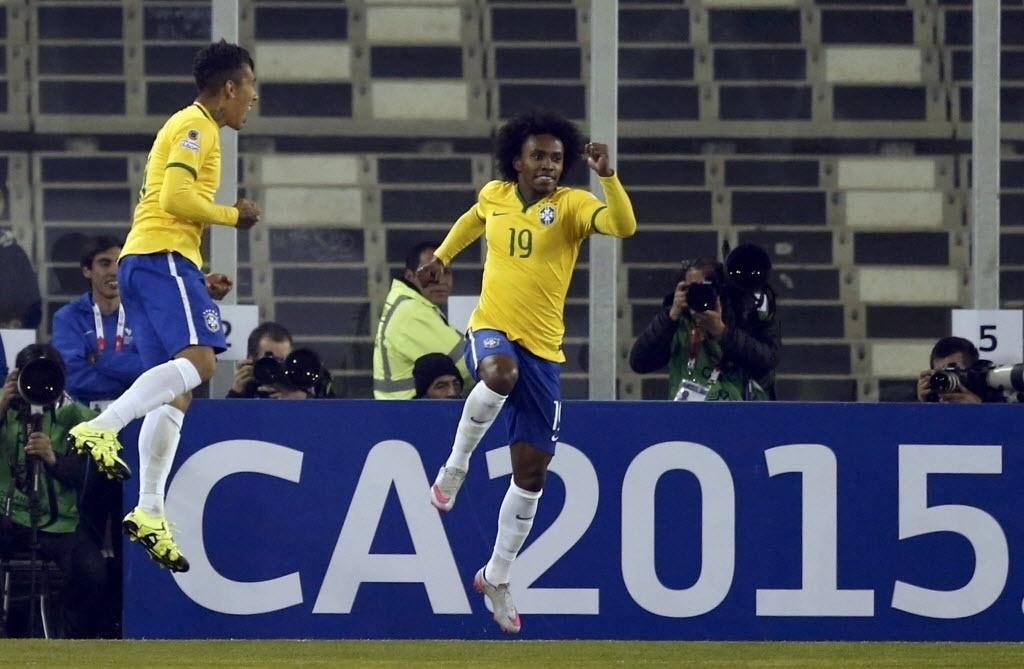 Willian e Firmino, autores do passe e do gol, respectivamente, comemoram gol do Brasil contra Venezuela