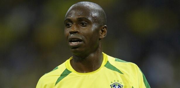Edílson em jogo pelo Brasil na Copa do Mundo de 2002; jogador é acusado de fazer parte de quadrilha que falsificava bilhetes de loteria