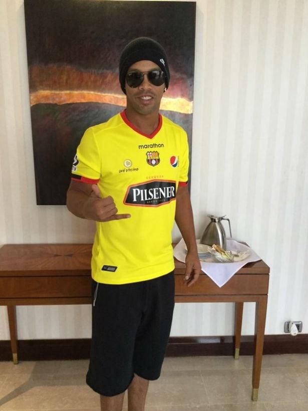 Ronaldinho vestiu a camisa do Barcelona de Guayaquil, onde jogará um jogo
