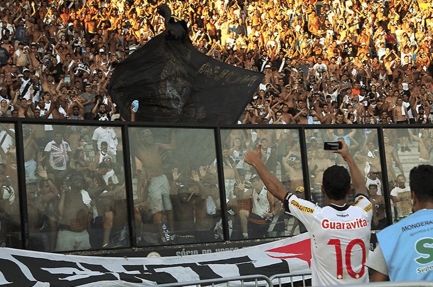 Nenê comemora vitória com a torcida do Vasco em São Januário - Paulo Fernandes/Vasco.com.br