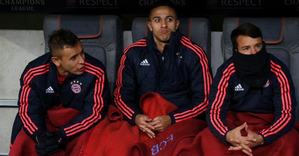 Jogadores do Bayern de Munique usam cobertor para se aquecerem na partida contra a Juventus