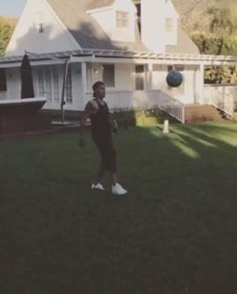 Neymar faz embaixadinha e brinca de