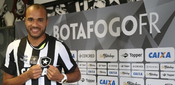 Atacante Roger é apresentado e posa com a camisa do Botafogo