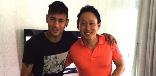Arquiteto Fabiano Hayasaki posa com Neymar, um de seus clientes