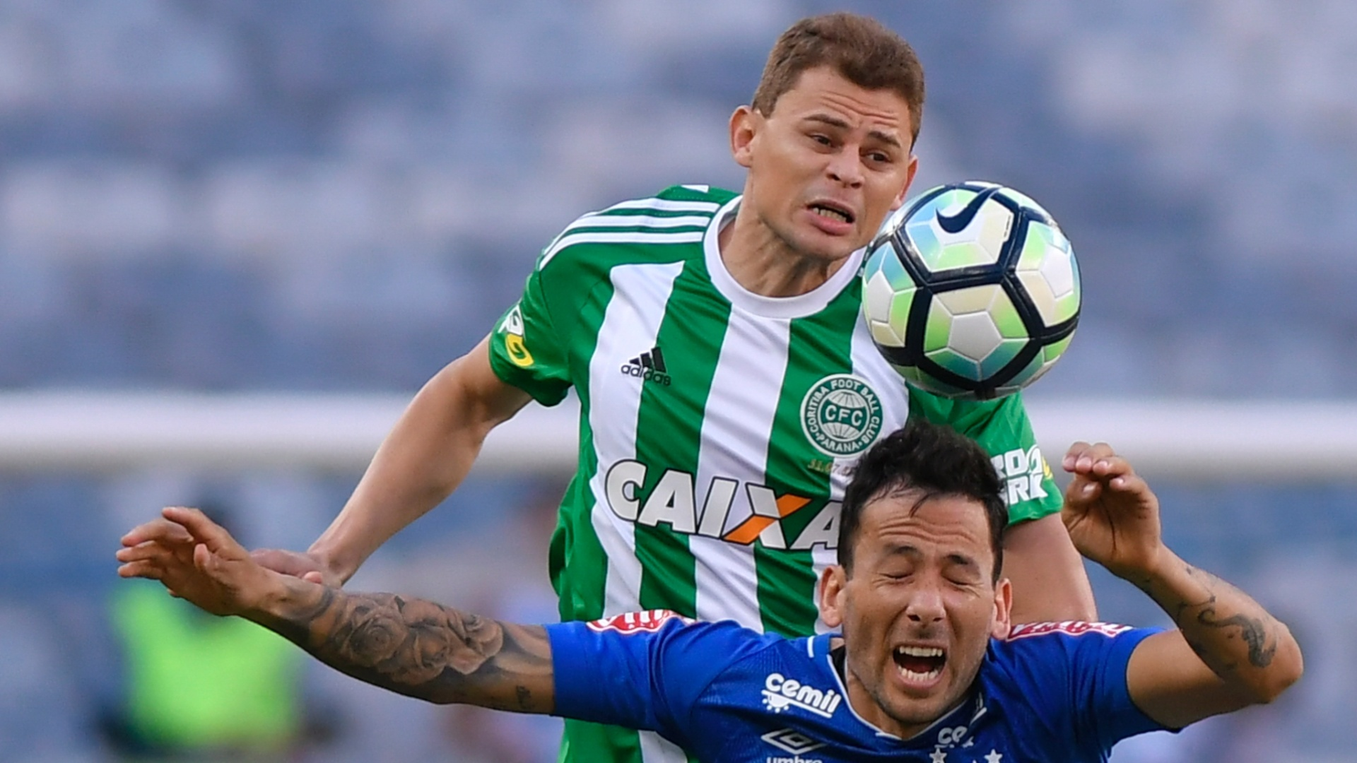 Ariel Cabral, do Cruzeiro, disputa lance contra rival do Coritiba, no Mineirão