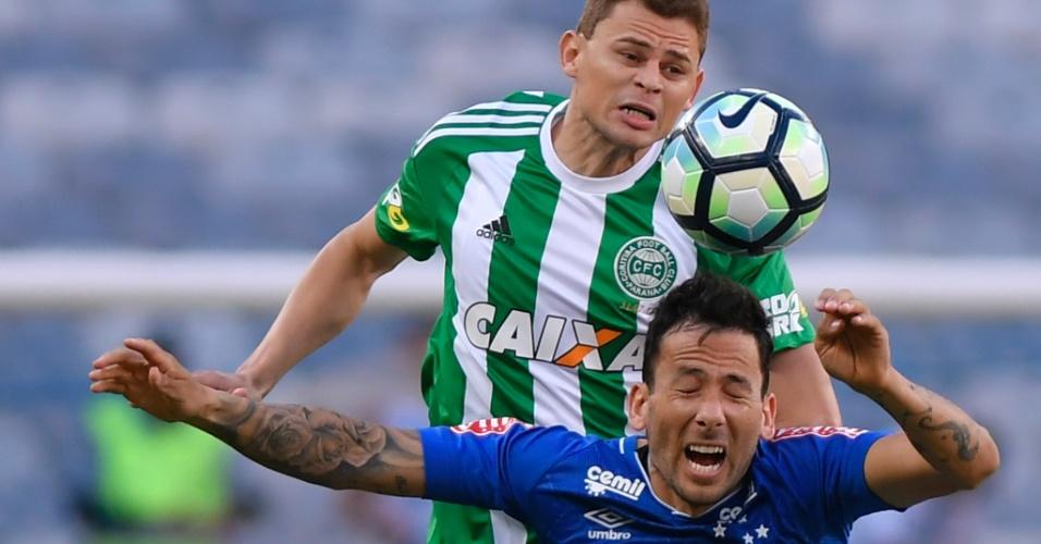 Ariel Cabral, do Cruzeiro, disputa lance contra rival do Coritiba, no Mineirão