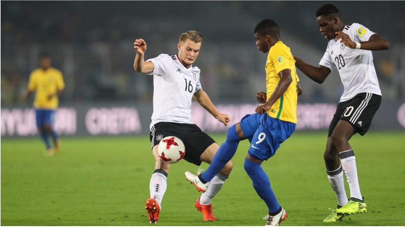 Jogadores do Brasil e Alemanha disputam lance em jogo das quartas de final do Mundial Sub17