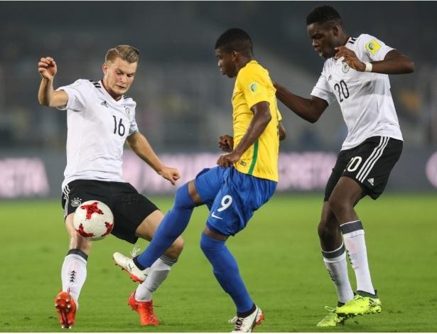 Jogadores do Brasil e Alemanha disputam lance em jogo das quartas de final do Mundial Sub17 - Fifa
